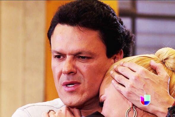 Salvador la reconfortó entre sus brazos y le juró que jamás dejaría que...