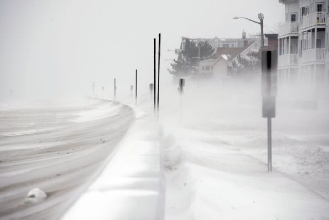Algunas carreteras del noreste del país la visibilidad es casi nula y po...