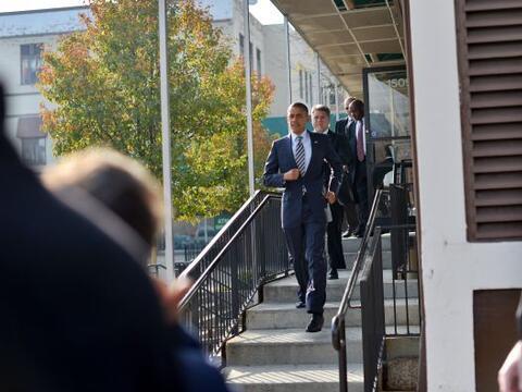 Barack Obama visitó la sede de su campaña electoral en Chicago