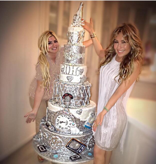 Y hasta un cake mandó hacer para recibir el Año Nuevo.