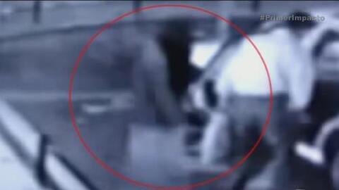 Fantasma acompaña a un hombre en un taxi