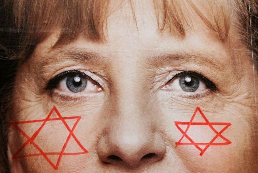 En el rostro de Angela Merkel, en una campaña de publicidad, fueron colo...