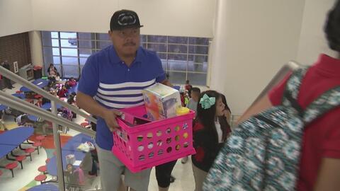 Miles de estudiantes regresan a las aulas en Dallas