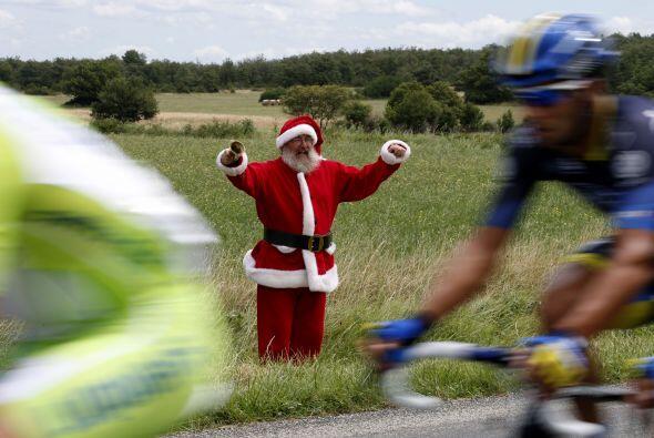 Y aunque falta para diciembre, Santa no se perdió esta etapa del Tour.