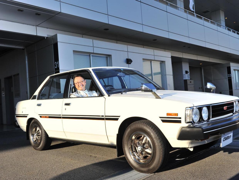 Akio Toyoda en su primer Toyota Corolla de cuarta generación