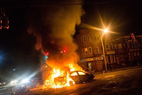 Durante la noche las llamas consumieron algunos automóviles.