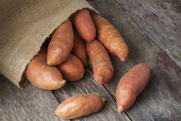 Una batata mediana contiene casi cuatro veces más cantidad de esta vitam...