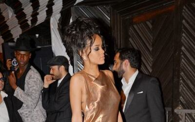Rihanna decidió dejar su hermoso vestido blanco para lucir en un candent...