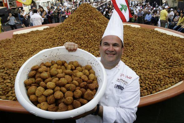 El Chef libanés Ramzi Choueiry  sostiene un cubo de bolas de falafel fri...