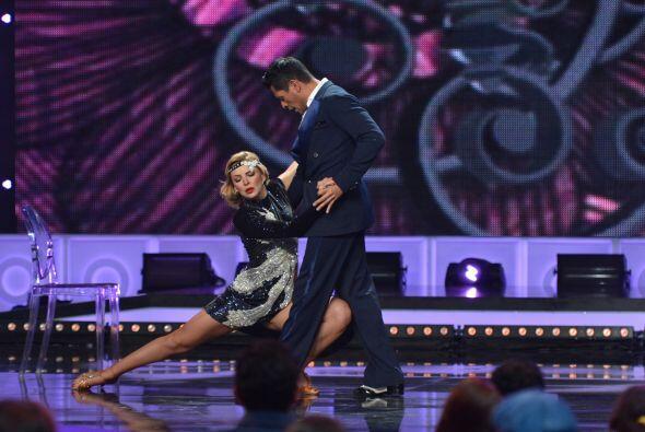 ...y a su bailarín muy atento.
