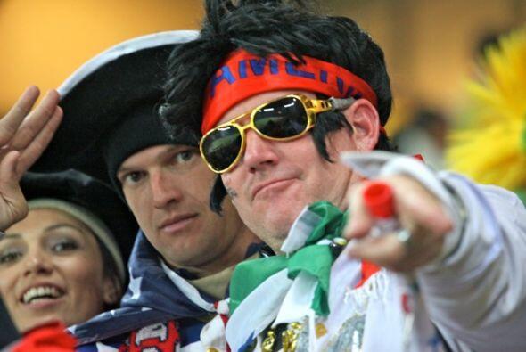Los imitadores de Elvis Presley hicieron presencia en la tribuna del par...