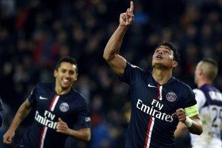 Thiago Silva celebra su gol que apunta al PSG a la cima de Francia.