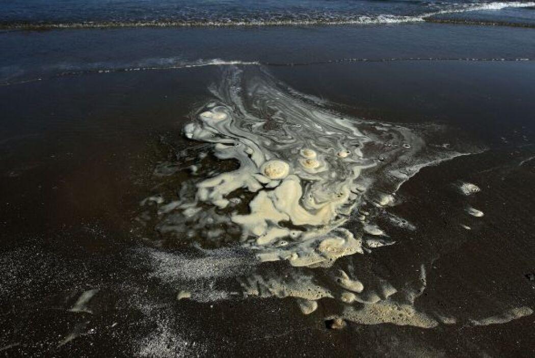 """""""Al menos 50% del petróleo que se derramó está completamente retirado de..."""