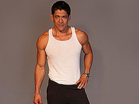 Oscar Luna nació en Chapala, Jalisco, México. Con una altu...