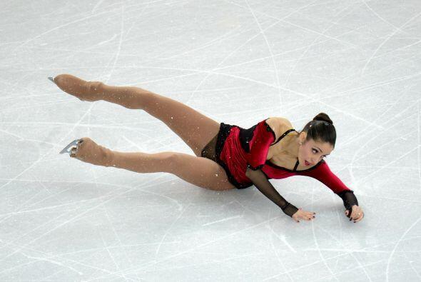 La italiana Stefania Berton cae durante su prueba de patinaje art&iacute...