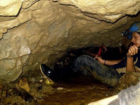 La búsqueda de dos mineros en un yacimiento de Ecuador prosegue c...