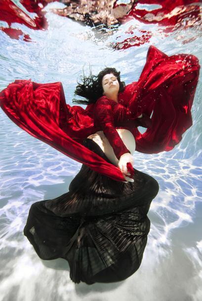Vestidos que parecen tener vida en el agua también forman parte de la el...