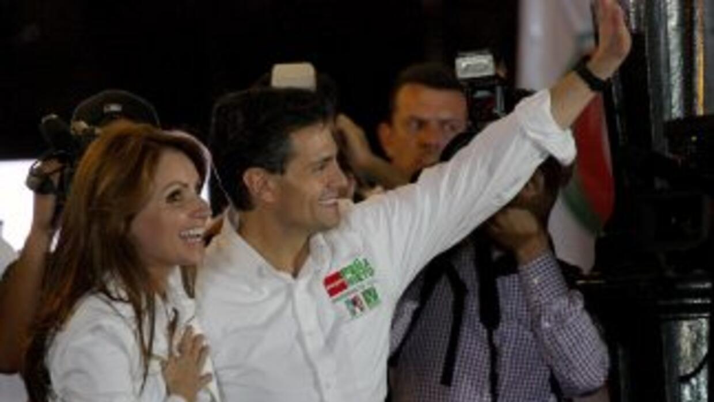 Enrique Peña Nieto, candidato a la Presidencia, con su esposa, Angélica...