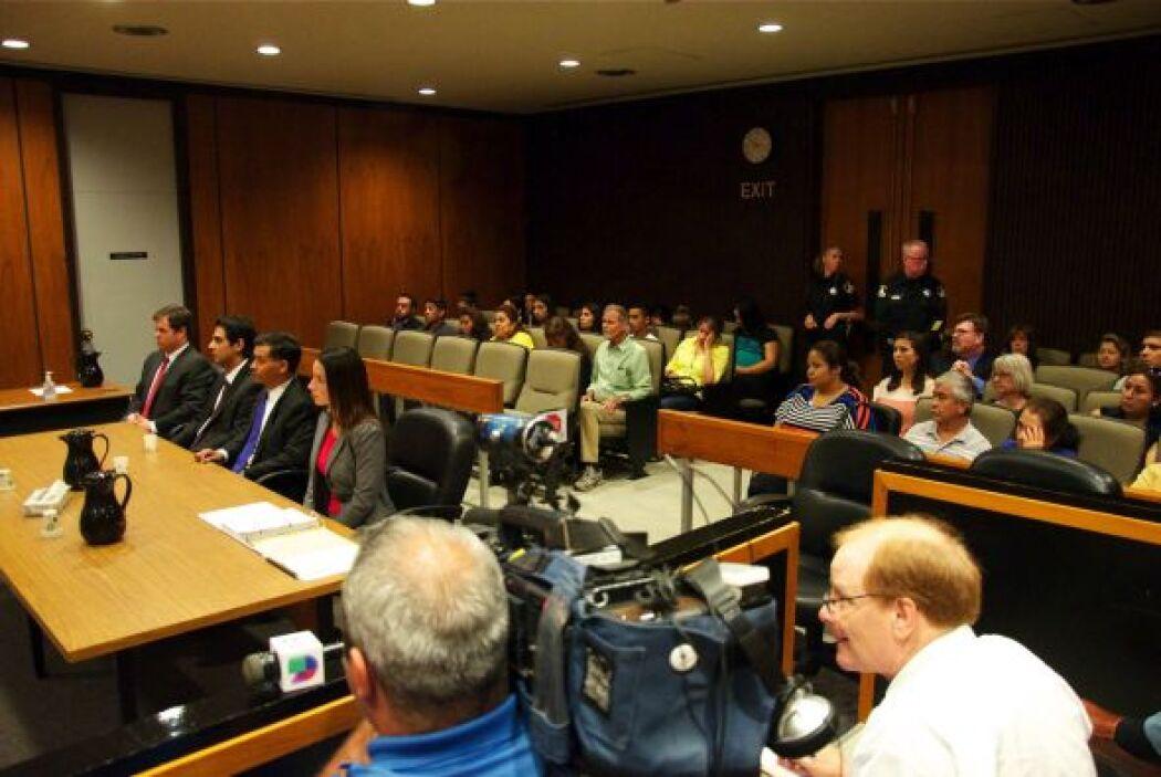 Apróximadamente dos decenas de seguidores del padre asistieron a la cort...