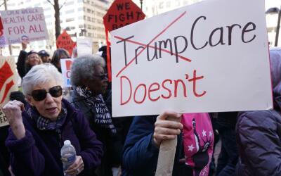 Una protesta en contra de la propuesta de ley del presidente Donald Trum...