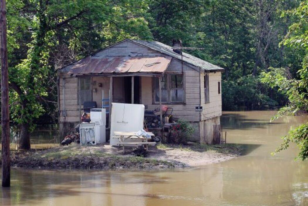 Mientras, los habitantes esperaban que el nivel del agua bajara.