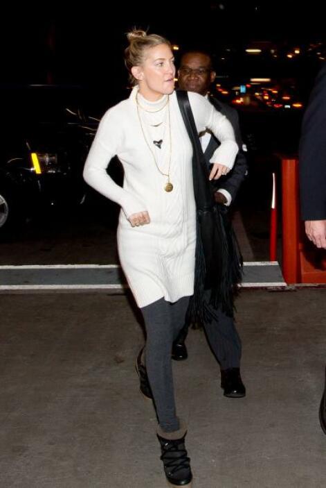 Kate Hudson lució esta semana un suéter blanco, el cual combinó con unos...