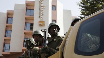 Fuerzas del orden afuera del hotel Radisson Blu.