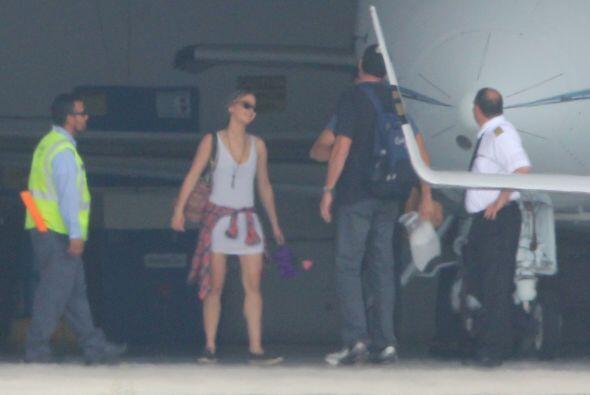 Mientras esperaban el carro que los recogería, Chris y Jenn conve...