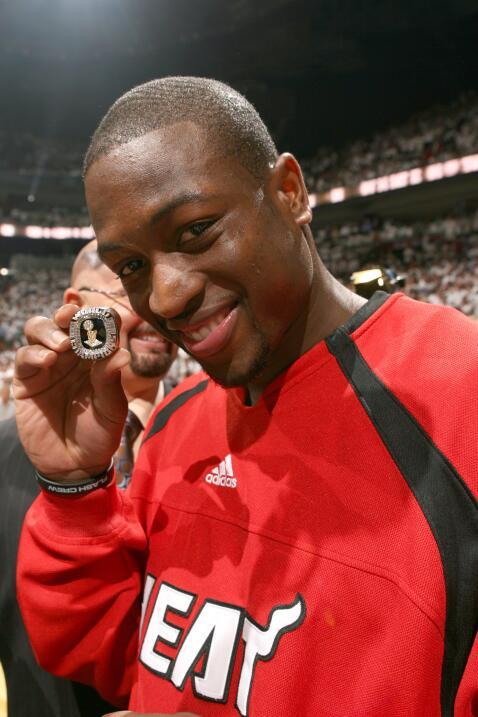 Dwyane Wade # 3 de los Miami Heat muestra su anillo de campeonato de la...