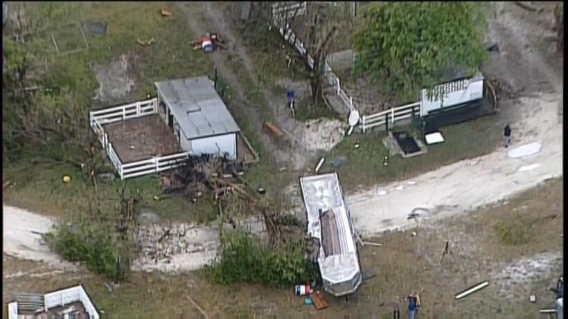 Un posible tornado habría dejado destrozos a través del sur de la Florid...