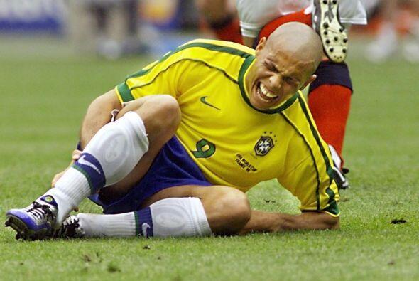 Con el uniforme de la selección brasileña recibió l...