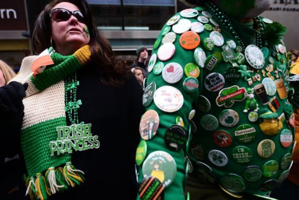Vestir de color verde o llevar algún símbolo, como el trébol o alguna pr...
