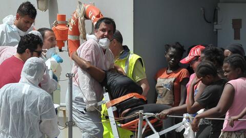 Una mujer recibe asistencia médica luego de ser rescatada del mar...