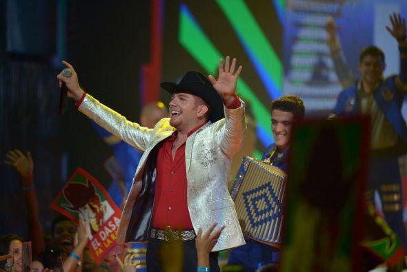 El Dasa llegó 'Alegre y enamorado' al escenario de Premios Juventud.