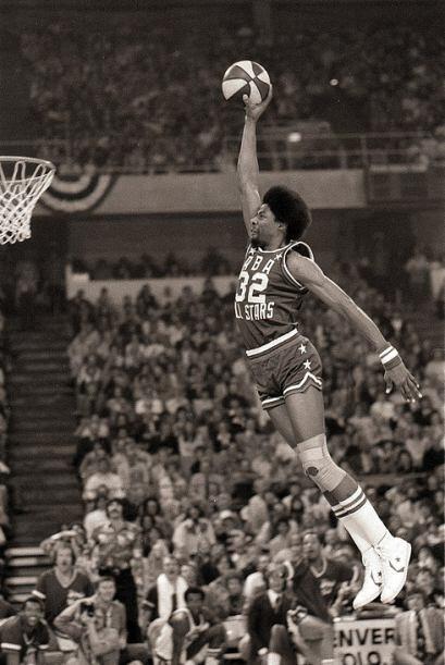1976 - Julius Erving de los 76ers de Filadelfia realiza unas clavadas es...