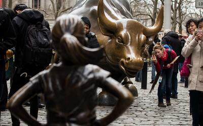 Remueven la estatua de un perro orinando a la niña que desafía al toro d...