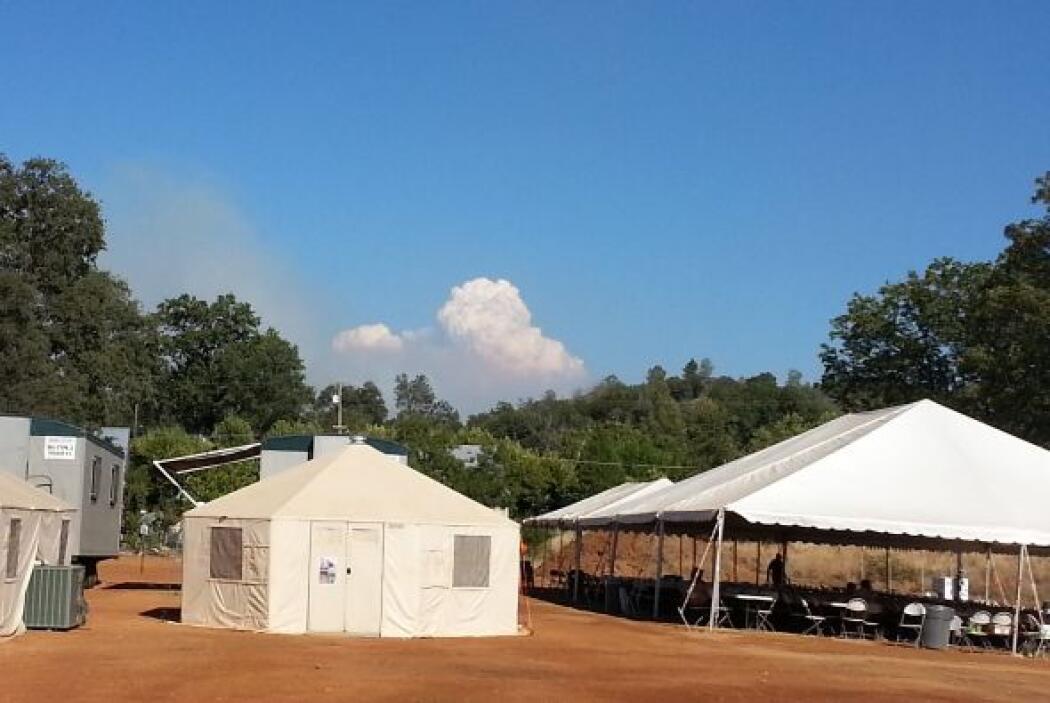 Cientos de bomberos están trabajando para controlar el masivo incendio R...