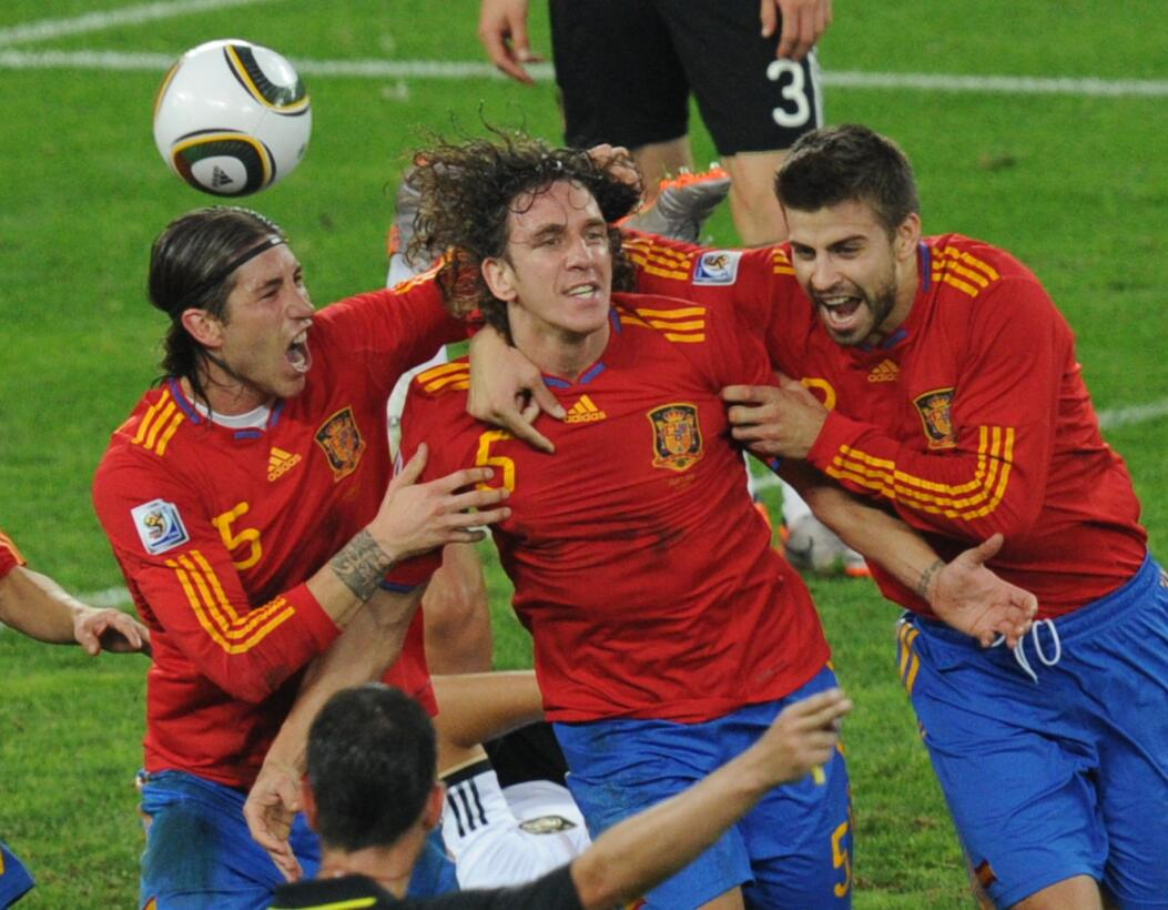 Amigos y Rivales, en mundos desiguales: Ramos y Piqué GettyImages-102690...