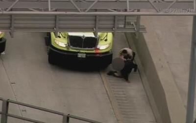 Hombre deambulaba en medio del tráfico y saltó el muro de contención