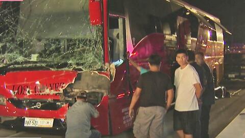 El choque entre un autobús comercial y un camión de carga dejó siete her...