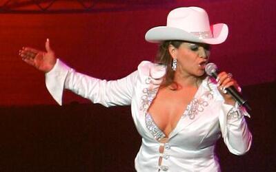 Rosie Rivera llora al oir cantar a Jenni Rivera