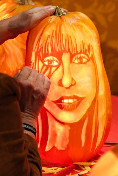 Inclusive, el escultor también trazó el maquillaje de la estrafalaria Gaga.