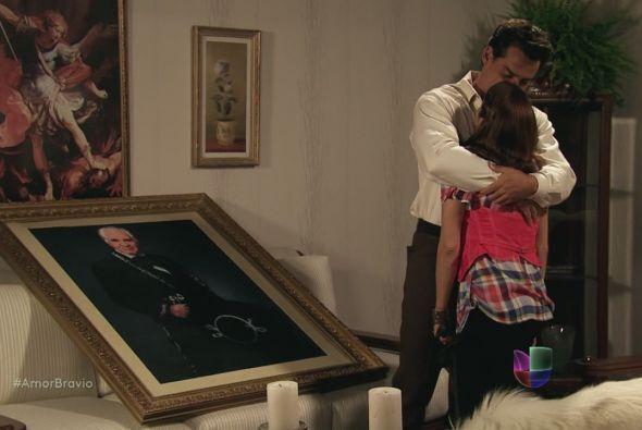 Camila salió del rancho con el cuadro de Don Daniel pero continuaba muy...