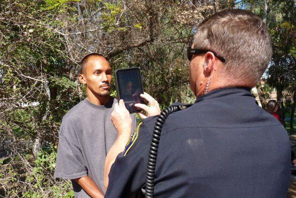 La policía de Chula Vista fotografía a un sospechoso para...