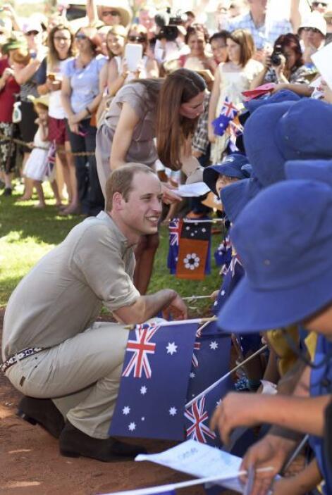 Ambos saludaron a un grupo de niños durante su visita.