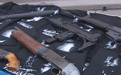 Decomisando armas ilegales, autoridades combaten el crimen y la violenci...