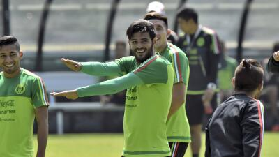 Carlos Vela sonríe en entrenamiento de México