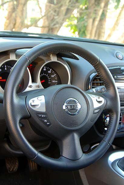 El volante multifuncional permite operar las funciones de audio, control...