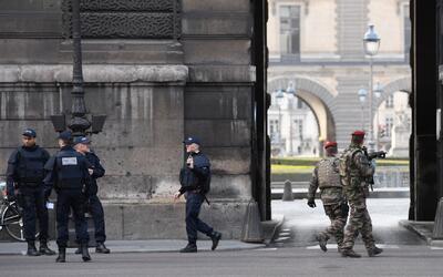 Soldado le disparó a un hombre sospechoso frente al museo Louvre en Parí...