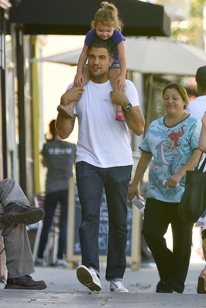Jaime Camil salió con su hija a hacer algunas compras para su casa.
